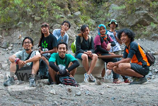 Orang-orang peserta ekspedisi Nyari Mata Air Bebeng di Glagaharjo berfoto bersama