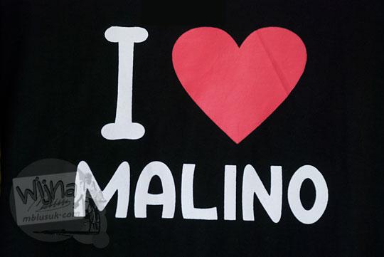 kaos bertuliskan i love malino yang dijual di pasar tinggimoncong