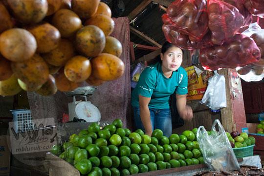 salah satu penjual dan lapaknya di pasar sentral malino