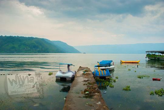 kondisi suasana dermaga perahu di Danau Toba nampak kotor dan tidak terawat pada September 2014
