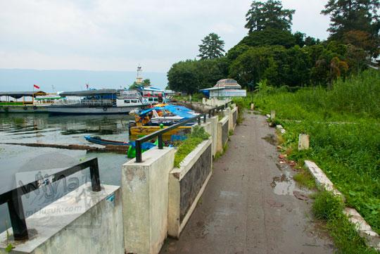 kondisi jalan setapak di tepi danau Toba yang ada di kota parapat tidak terawat dan kotor