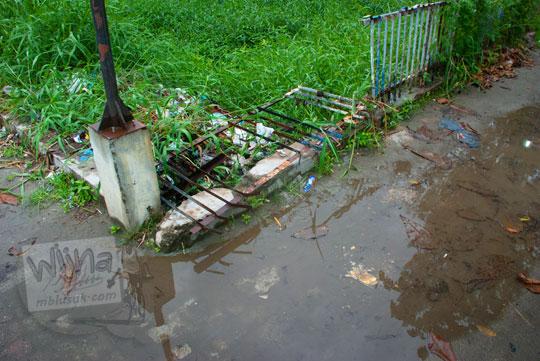 pagar pembatas taman di kota Parapat rusak karena ulah para warga yang senang mabuk