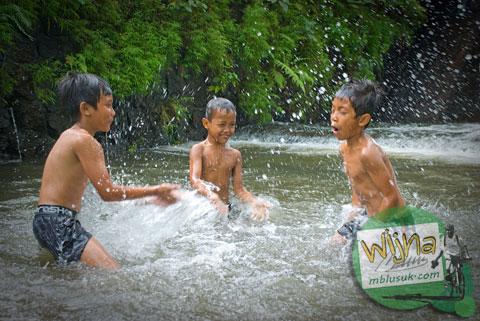 anak-anak bermain bersama makhluk halus di bendungan mistis randualas, ngaglik, sleman, yogyakarta