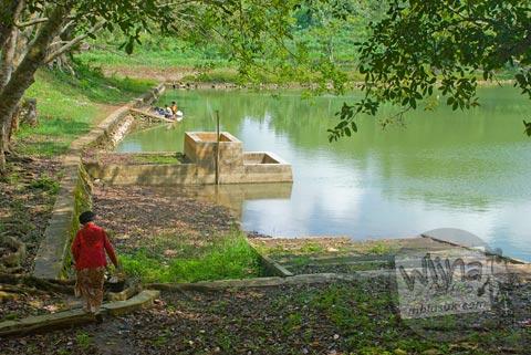 Gadis muda mandi telanjang di sendang mata air Gunungkidul