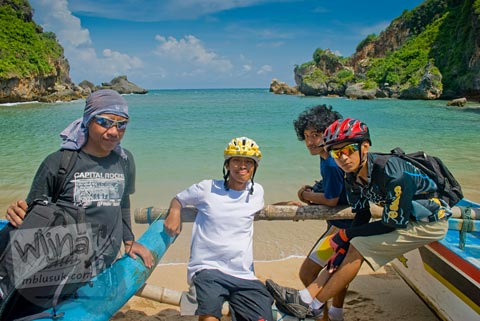Pesepeda berfoto di Pantai Ngerenehan, Gunungkidul