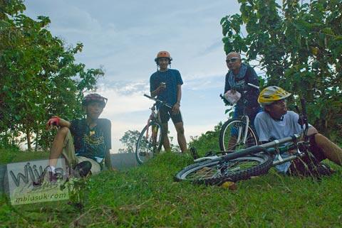 Kecapekan bersepeda melibas tanjakan dari Pantai Ngerenehan, Gunungkidul
