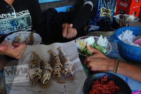 Warung masakan ikan laut di Pantai Ngerenehan, Gunungkidul