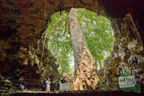 Gua Rancang Kencono di dekat air terjun Sri Gethuk, Gunungkidul
