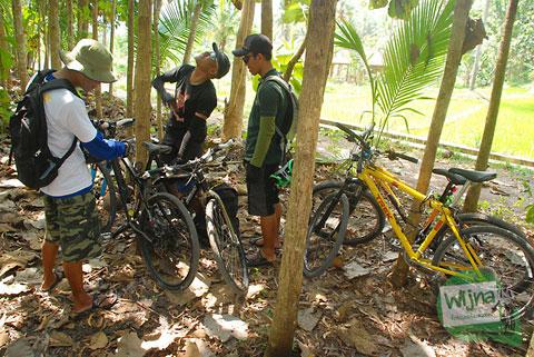 parkir sepeda di dalam hutan di dekat air terjun Sri Gethuk, Gunungkidul