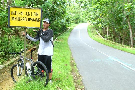 papan peringatan medan jalan rusak arah ke Panggang, Gunungkidul dari Imogiri, Bantul