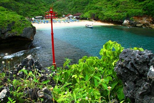 Pemandangan indah Pantai Gesing di Kecamatan Panggang, Gunungkidul dari ketinggian puncak bukit