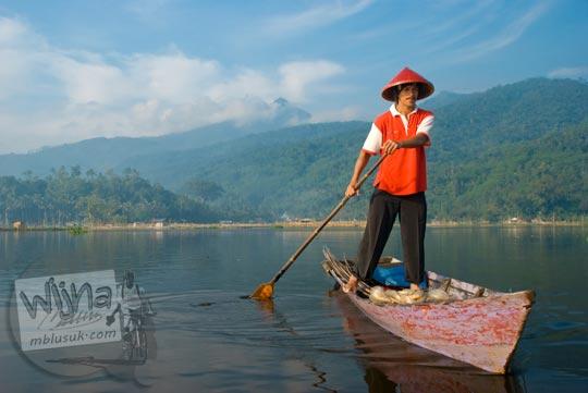 Seorang nelayan berpose di atas perahu di Rawa Pening di Ambarawa di tahun 2009