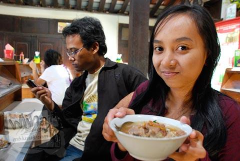 Suasana pengunjung di warung soto triwindu Solo di tahun 2009