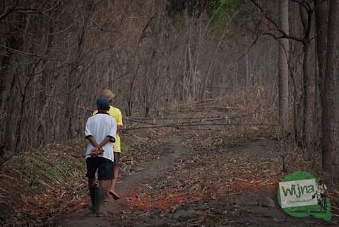 sejumlah warga desa erupsi Merapi 2010 yang mengungsi kembali ke desa mereka di Cangkringan dan berpatroli