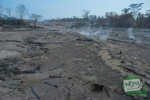 Pemandangan kali Gendol yang tandus setelah terkena awan panas dari erupsi Merapi tahun 2010