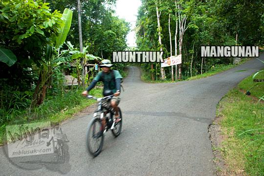 Cabang jalan arah ke Hutan Pinus Mangunan dan Curug Banyunibo Sanggrahan di Desa Muntuk dari Perempatan Terong Dlingo