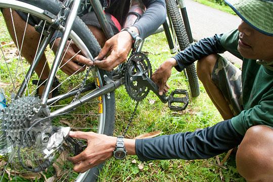 cara mengatasi rantai sepeda yang putus saat Bersepeda ke Curug Banyunibo Sanggrahan Dlingo pada tahun 2014