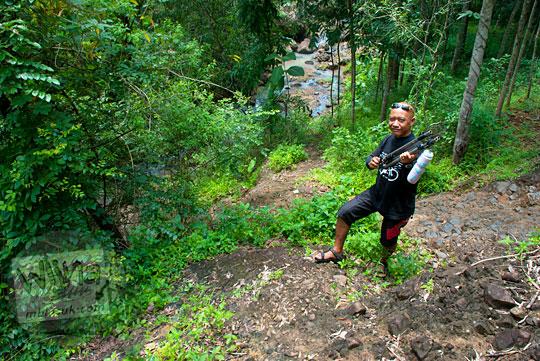 Menapak jalan tanah ke Curug Banyunibo Sanggrahan Dlingo pada tahun 2014