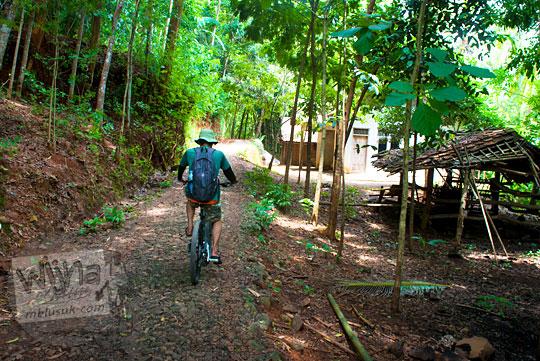 kondisi jalan desa yang rusak di Desa Muntuk Dlingo menuju Curug Banyunibo Sanggrahan pada tahun 2014