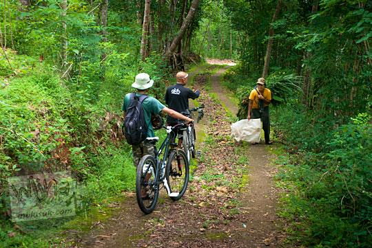 Bertanya lokasi Curug Banyunibo Sanggrahan Dlingo pada warga setempat yang baru pulang dari ladang