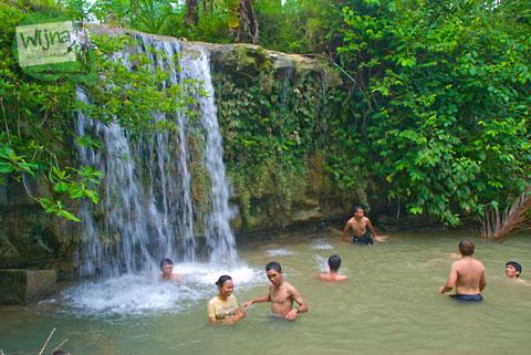 cowok cewek mandi telanjang di air terjun desa plumbon, kebumen, jawa tengah