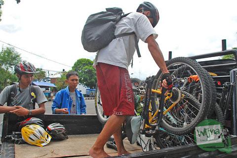 Naikkan sepeda ke atas mobil pickup dari Jogja menuju Kebumen!