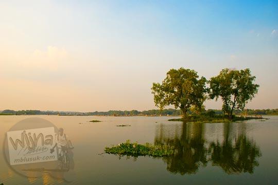 dua pulau kecil dengan pohon yang ada di tengah Waduk Cengklik, Boyolali, Jawa Tengah