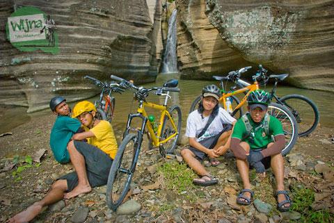 pesepeda di Luweng Sampang, Gedangsari, Gunungkidul saat masih perawan