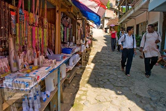 Harga barang yang dijual di kios ziarah di Sendangsono, Kulon Progo