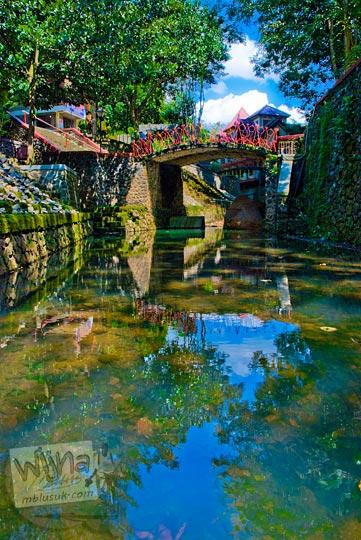 pemandangan sungai jernih dan indah yang berada di dalam kawasan ziarah sendang sono di desa Banjaroyo, Kalibawang, Kulon Progo