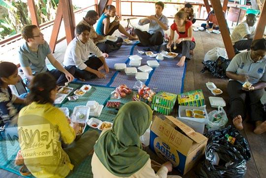 piknik CRCS UGM Summer School di dalam kawasan Sendangsono