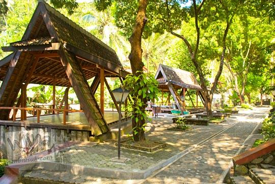 saung-saung kayu dengan penampilan yang eksotik sebagai tempat istirahat para peziarah Sendang Sono dan juga berfungsi sebagai tempat piknik