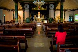 Thumbnail artikel blog berjudul Hadir di Ritual Ibadah Agama Lain