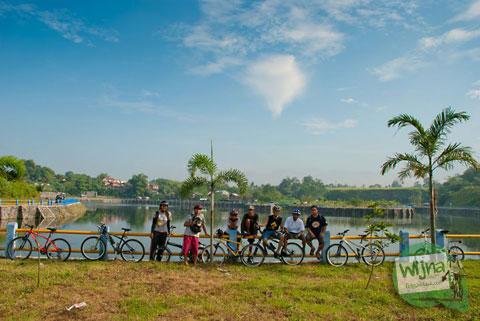 pesepeda komunitas SPSS Yogyakarta berfoto di Embung Tambakboyo, Sleman