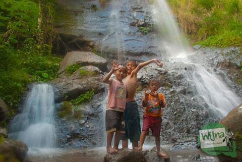 berwisata di Air Terjun Grojogan Watu Jonggol di Pagerharjo, Samigaluh ditemani anak-anak desa yang ramah