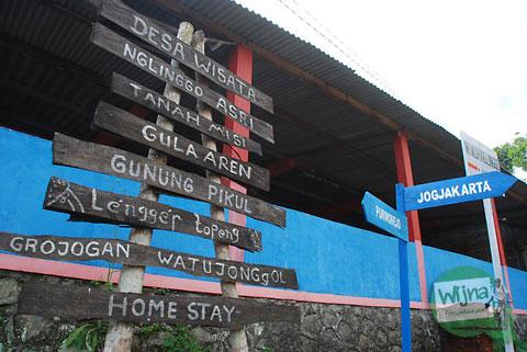 papan petunjuk arah ke grojogan watu jonggol di Samigaluh, Kulon Progo
