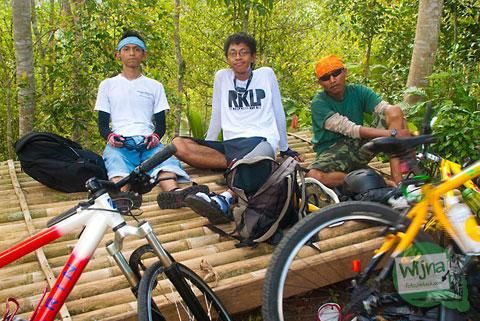 pemuda jogja bersepeda ke air terjun grojogan watu jonggol yang masih sepi di Nglinggo, Samigaluh, Kulon Progo
