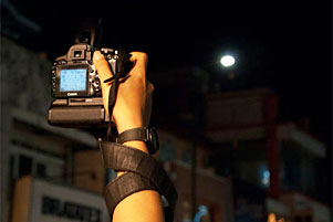 Thumbnail artikel blog berjudul Angkat Kameramu Tinggi-Tinggi