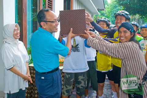 Pak Herry Zudianto menerima kejutan dari pesepeda kota Jogja