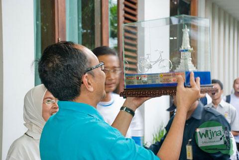 Pak Herry Zudianto menerima hadiah