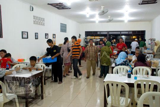 Suasana Rumah Makan Soto Ayam Pak Loso Purwokerto di tahun 2008