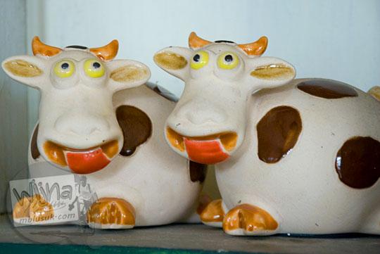 Berbagai macam suvenir nikah berbentuk patung hewan kecil dari keramik yang dijual di Pusat Keramik Klampok, Banjarnegara tahun 2008