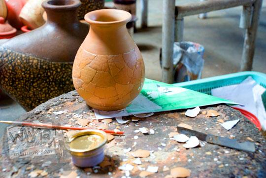 Teknik cara membuat hiasan Keramik Murah berbahan kulit cangkang telur di Workshop Usaha Karya Klampok, Banjarnegara tahun 2008