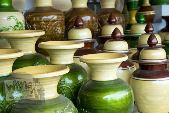 Beragam jenis warna dan harga kerajinan guci antik yang diproduksi di Pusat Keramik Klampok, Banjarnegara tahun 2008