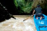 Perahu melawan arus, menerjang sungai banjir di Green Canyon, Ciamis