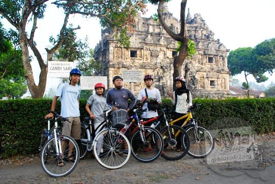 Foto Sepeda di Candi Sari pada tahun 2009
