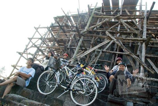 Foto Sepeda di Candi Sojiwan pada tahun 2009