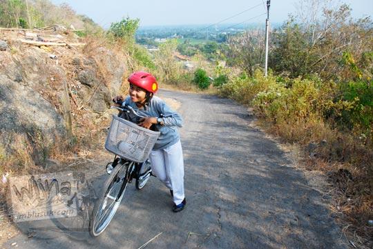 Foto pesepeda cewek menaklukkan tanjakan di tahun 2009