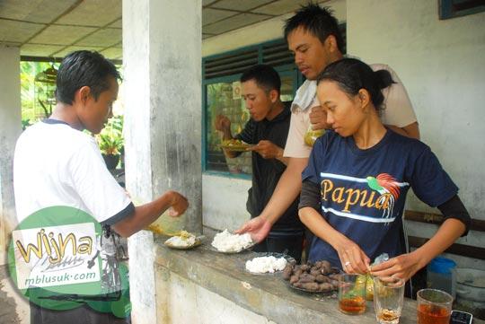 Pesta Gulai Kambing di Purworejo oleh Dani Iswahyuni, Rahmat Agus Sudrajat, dan Agung Mukti di tahun 2009