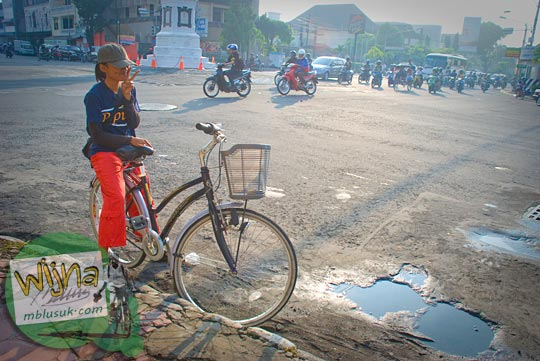 Foto pesepeda cewek yogyakarta bersepeda ke pantai Congot, kulon progo di tahun 2009